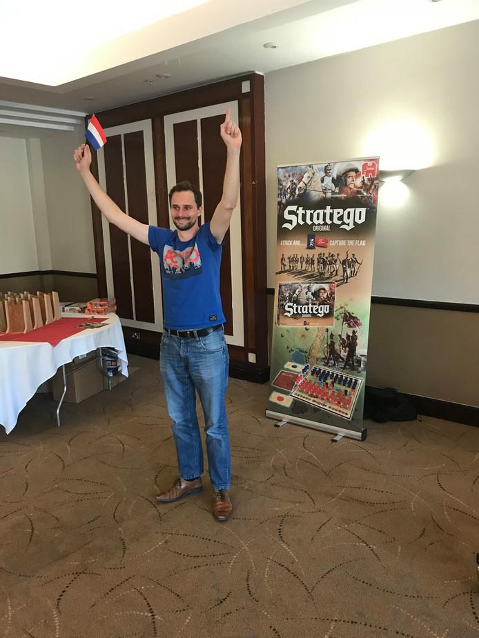 Een blije Tim Slagboom nadat hij dit weekend in Sheffield wereldkampioen Stratego werd.