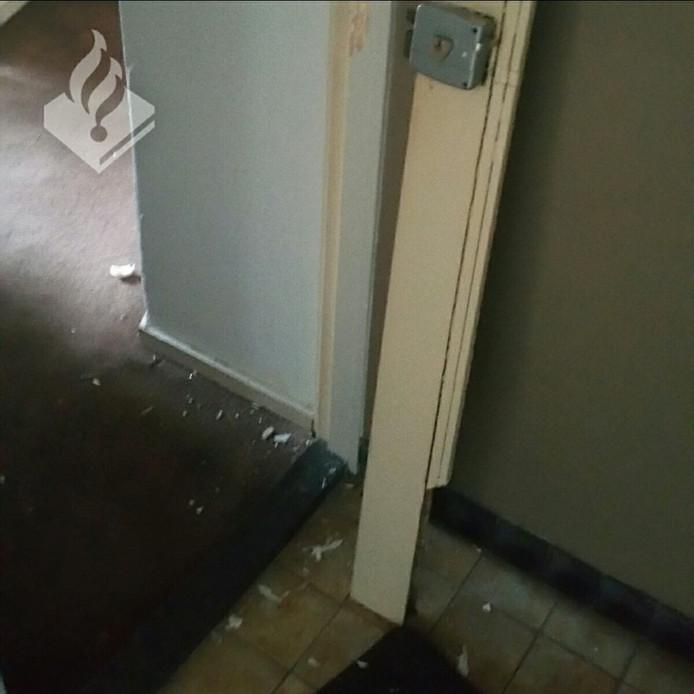De politie heeft de deur geforceerd.