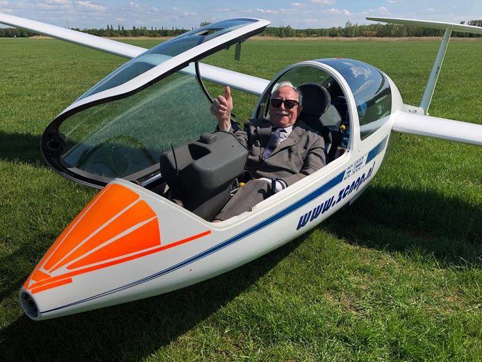 Piet de Wolf in een zweefvliegtuig, het cadeau voor zijn 89ste verjaardag.