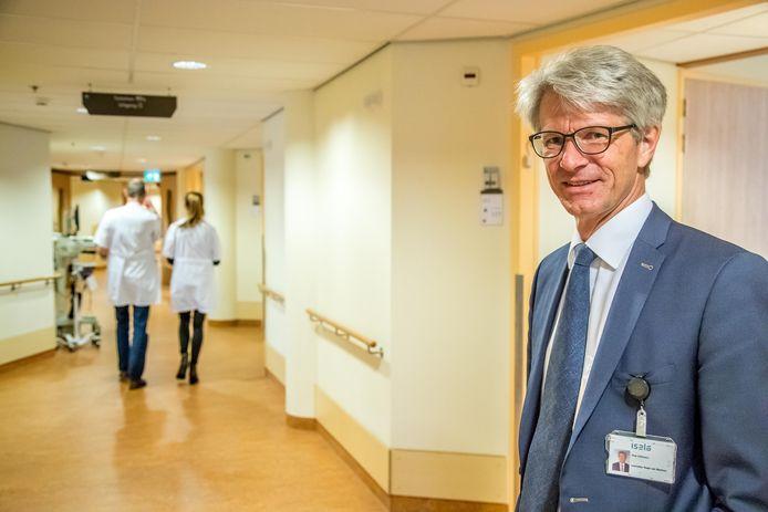 Voorzitter Raad van Bestuur Rob Dillmann Isala op de Acute opname afdeling. ,,Isala is klaar voor flinke toestroom patiënten.''