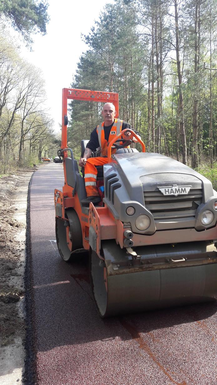 Afgelopen zomer walste Piet Bakkeren op zijn 3,5 ton wals het asfalt van het Bels Lijntje ter hoogte van de Zwartvenseweg.