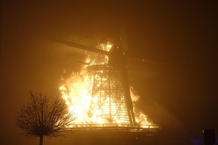 In het Noord-Hollandse Bovenkarspel ging een molen uit 1848 in vlammen op.