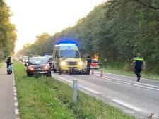Motorrijder rijdt achterop auto op N342 bij Deurningen