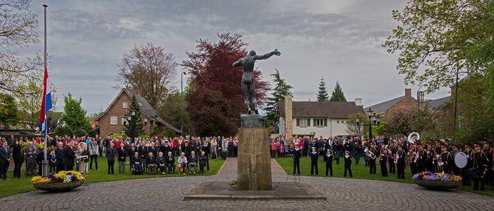 Beeld van een eerdere Dodenherdenking in Waalwijk.
