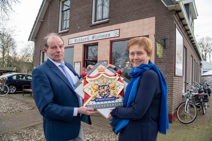 Johan en Riny Slatman van jubilerende Bakkerij Slatman in Ane bij Hardenberg hebben het predicaat Hofleverancier gekregen.