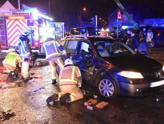 Vrouwelijke passagier gewond bij flinke tik op kruispunt Vijfwegen