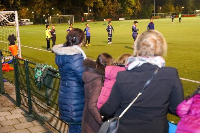 Voetballertjes van Wodan op sportpark Eindhoven-Noord.