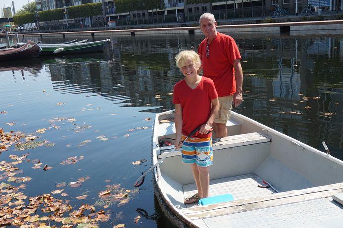 Max en Ton op hun bootje.