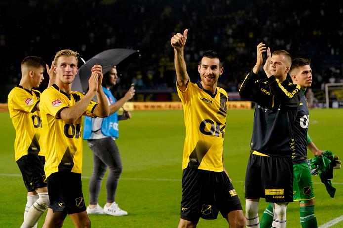 Roger Riera bedankt de supporters van NAC.