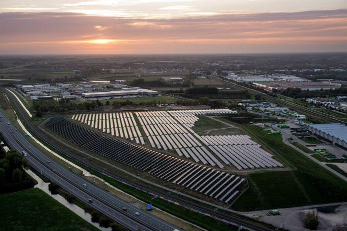 Zonsondergang oven de met zonnepanelen bedenkte vuilnisbelt van Avri langs de A15. De windmolens stonden er in 2018 nog niet.