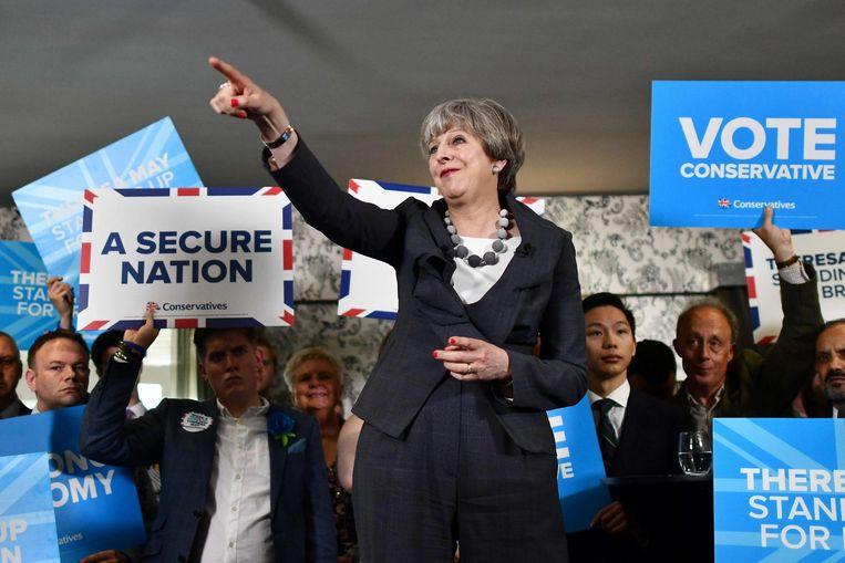 Theresa May spreekt kiezers toe bij een campagnebijeenkomst. Beeld afp