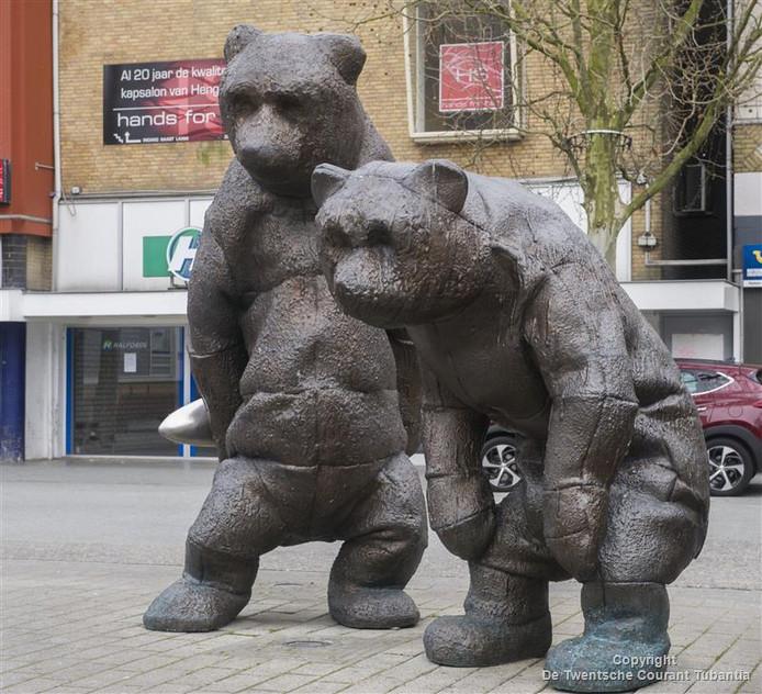 Twee van de beren die nu op het marktplein staan, komen mogelijk hoog op de Brinktoren te staan.