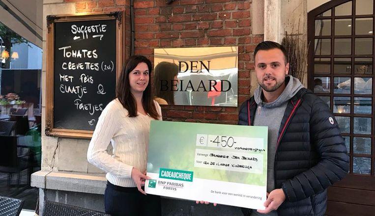 Cheque van Den Beiaard voor de Vlaamse Kankerliga geschonken door Karen Vanderstappen