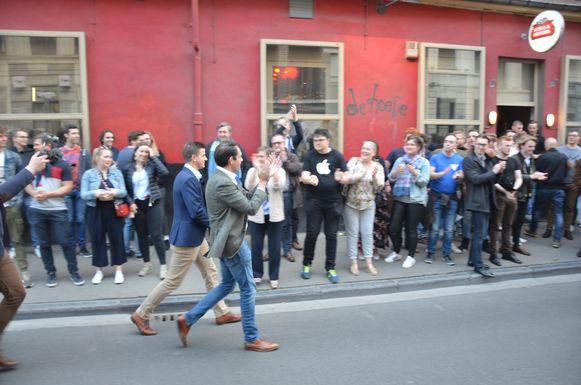 Van Langenhove en Van Grieken worden met applaus onthaald door de toeschouwers die tot buiten stonden te wachten.