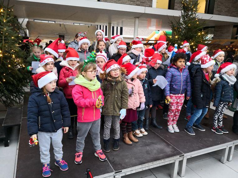 Kinderen van de vrije basisschool Woumen zongen kerstliedjes