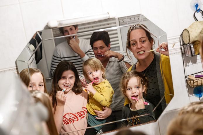 Het samengesteld gezin van Simone Franken en Femke de Regt telt vijf kinderen (Milou, Lise, Jente, Aafke en Casper). Om het logistieke proces 's morgens makkelijker te maken, hebben ze twee badkamers in hun huis in Etten-Leur.