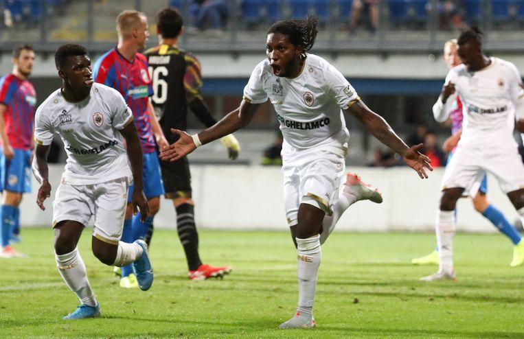 Dieumerci Mbokani zorgde voor de belangrijke 2-1.