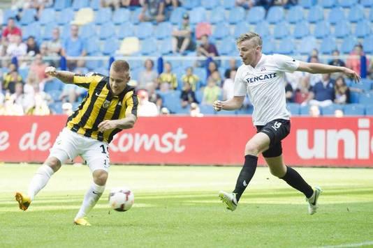 Marcus Pedersen scoort voor Vitesse tegen Heracles Almelo.