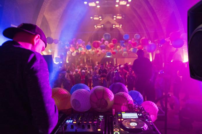 DJ The Viper laat de cliënten van ASVZ Vincentius in Udenhout uit hun dak gaan in de kapel tijdens een mini-editie van Decibel.