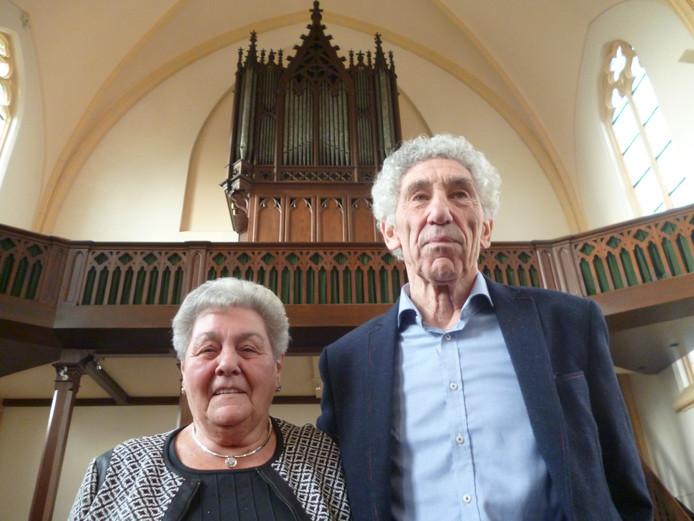 Beide jubilerende koorleden in de Macharense parochiekerk.