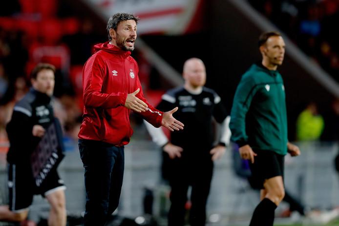 Mark van Bommel coacht PSV tegen FK Haugesund.