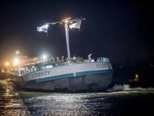 Gestrande tanker in haven van IJzendoorn