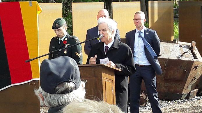 De Canadese ambassadeur Olivier Nicoloff houdt een toespraak.