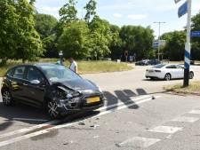 Twee auto's botsen op het Gandhiplein in Utrecht