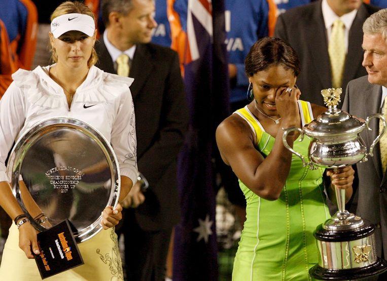 Serena won haar derde Australian Open door in de finale Maria Sharapova te verslaan.