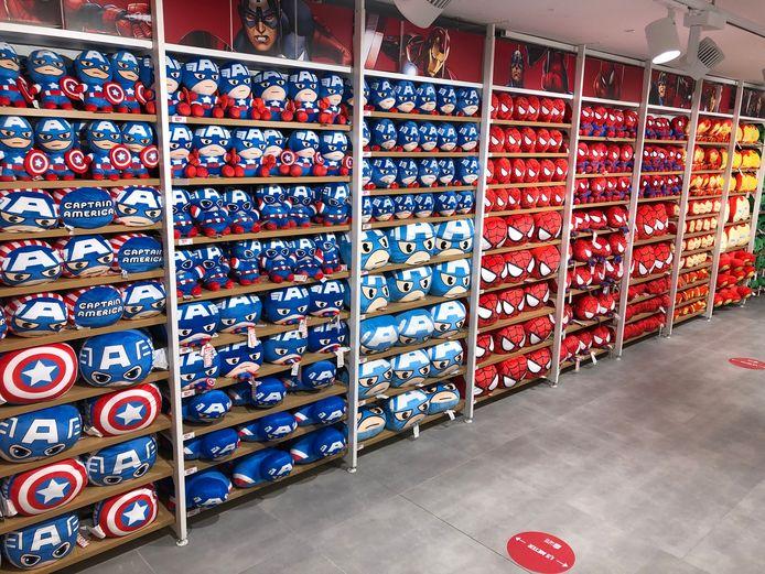 De Miniso-winkel in Eindhoven heeft een ruim aanbod hebbedingetjes. Zoals Spiderman-knuffels.