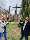 Bouke Scheerder (links) en René Stern voor de kapel van klooster Tienakker in Wijchen. In hun handen de schilderijlijst die ze gebruiken om mensen naar de kerken te laten kijken.