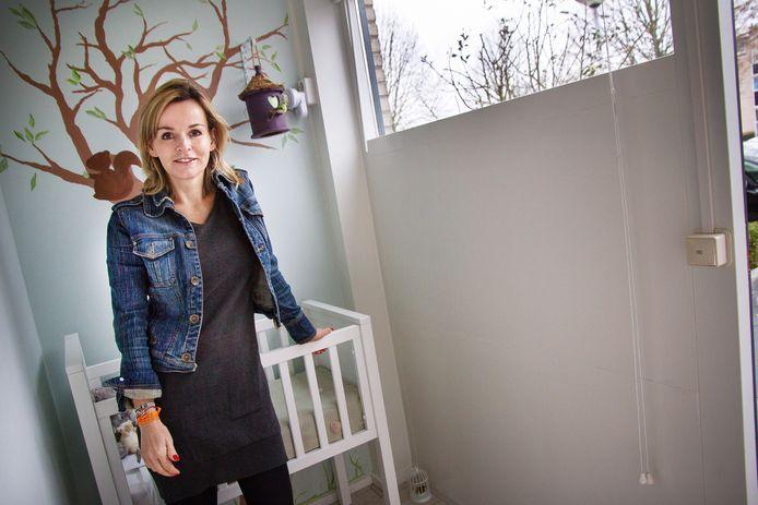 Oprichter van de stichting Barbara Muller in de vondelingenkamer in Papendrecht.