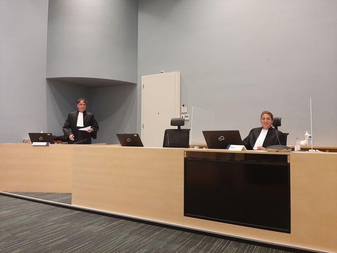 Hoofdofficier Rutger Jeuken (links) en rechtbankvoorzitter Julia Mendlik in een zittingszaal van de rechtbank in Utrecht, tijdens een politierechterzitting deze week.