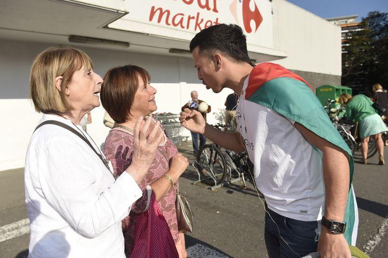 De pro-Palestijnse man gaat in discussie met actievoerders die in Carrefour Market Isralische producten kwamen kopen.
