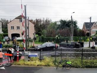 Vrouw die auto vast reed op spoorweg tijdens wegenwerken voor politierechter