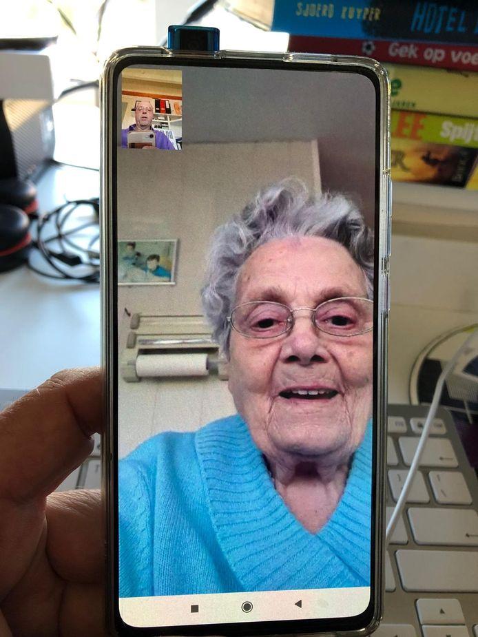 Tiny Van de Voort belt met haar zoon Bert.