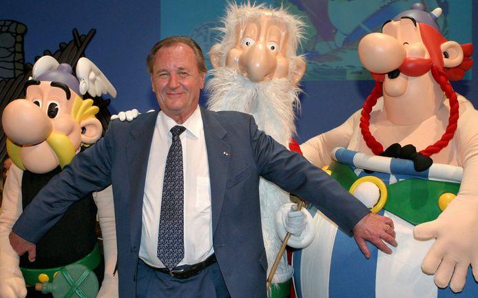 De Franse tekenaar Albert Uderzo, met drie van de hoofdpersonages uit de Asterix-stripboeken.