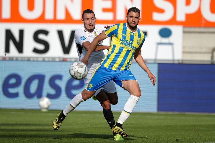 Oussama Darfalou (wit shirt) zoekt de aanval voor Vitesse.