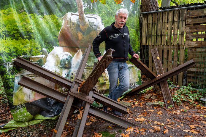 Eef Peeters van het Arnhems Oorlogsmuseum 40-45 tussen twee stukken van zijn anti-tank versperring als een van de onderdelen van zijn zijn beveiliging tegen bendes die het voorzien hebben op waardevol oorlogstuig uit de Tweede Wereldoorlog.