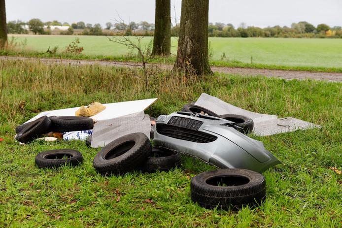 Aan de sterrenbos in Beers zijn auto-onderdelen gedumpt. Wanneer dat precies is gebeurd is onbekend.