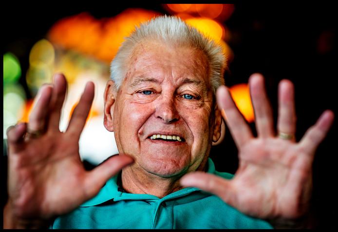Piet Schrijvers, oud-doelman en -trainer. Hij staat nog wekelijks langs de lijn om zijn kleinzoon te zien spelen.