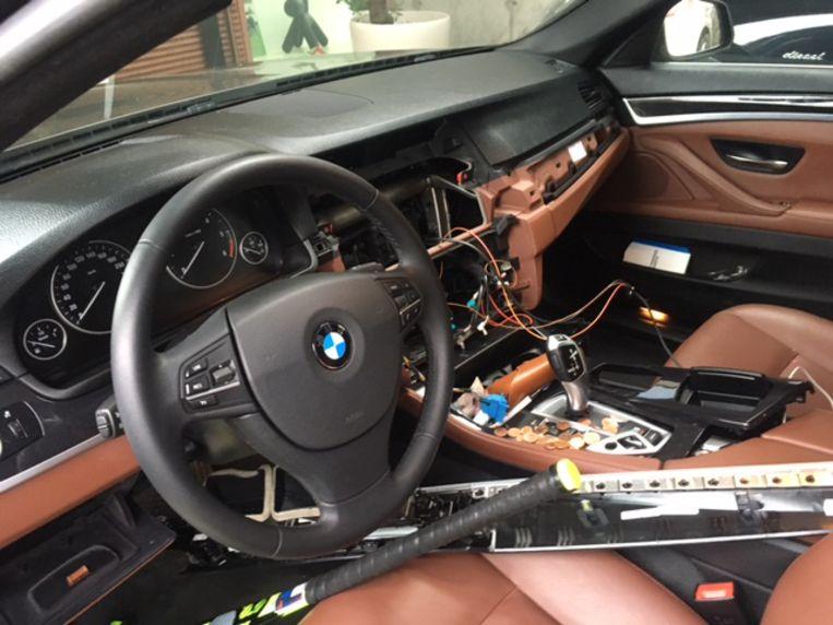 In drie luxewagens in de Druivenstreek werden GPS-consoles gestolen.