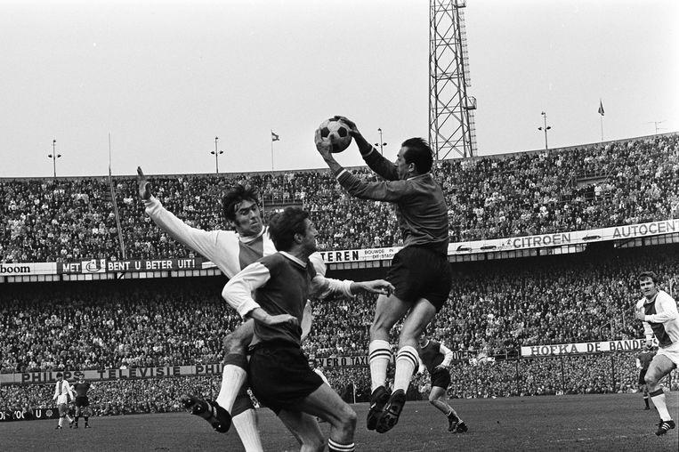 Feyenoord-Ajax, 1969. 'Eddy PG' vangt de bal voor Sjaak Swart kan koppen.   Beeld ANP