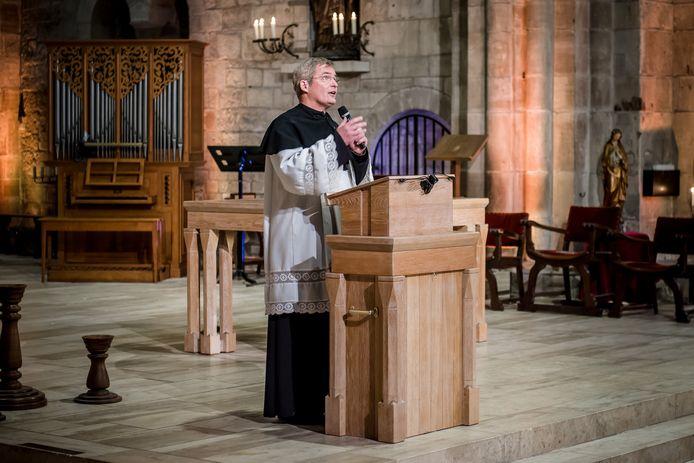 Gregoriaanse mis in de Sint-Plechelmusbasiliek met als regisseur Herman Finkers.