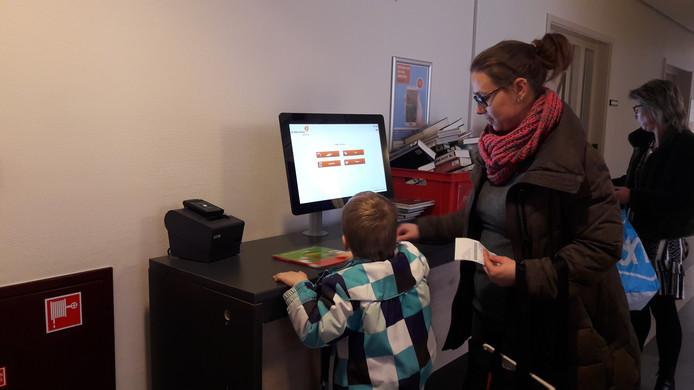 Annelies van Kessel en haar zoontje Thijs hebben hun plek al gevonden in de nieuwe locatie van de Schijndelse bibliotheek.