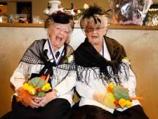 Boerenbruiloft van bejaarde vriendinnen