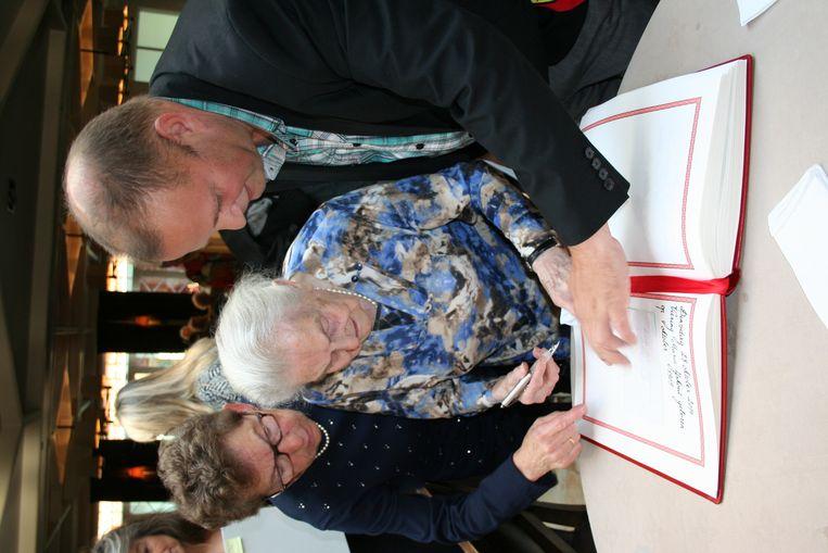 Maria Yskout terwijl ze het gildenboek van de gemeente tekende.