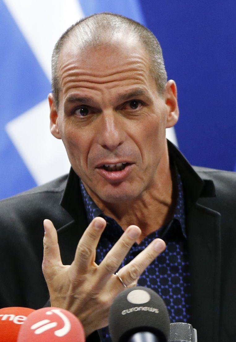 """Yanis Varoufakis op de persconferentie na de vergadering: """"Men vraagt mij in te stemmen met de succesvolle afronding van een programma, terwijl deze regering net verkozen is om de logica van dit programma aan te vechten""""."""