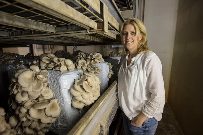 Mariëlle van Lieshout bij de oesterzwammen.