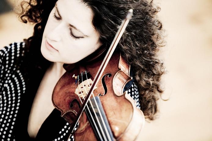 Violiste Liza Ferschtman soleert in het concert van Philharmonie Zuidnederland in Vlissingen.